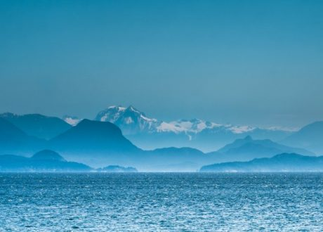 Zicht over de Johnstone Strait, Canada