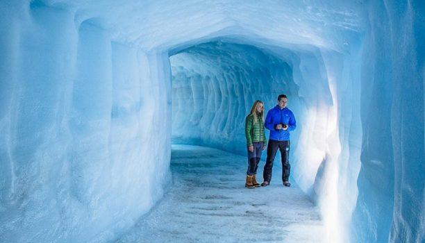 blauwe ijs uitgehakte grotten